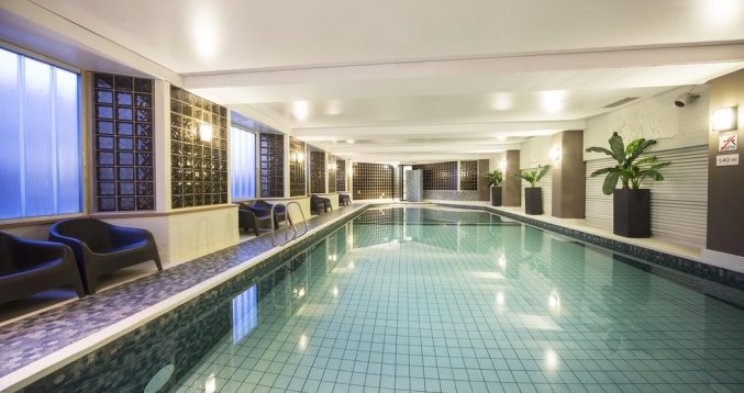 Binnenzwembad van Hotel Bilderberg Europa Scheveningen aan de Nederlandse Kust