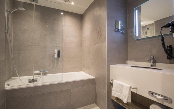 Badkamer van een tweepersoonskamer in Ramada The Hague Scheveningen Noordzeekust