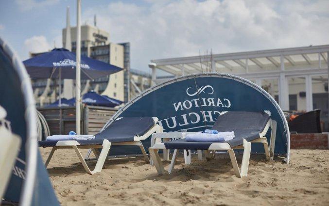 Ligbedden op het strand bij Hotel Carlton Beach Scheveningen aan de Nederlandse Kust