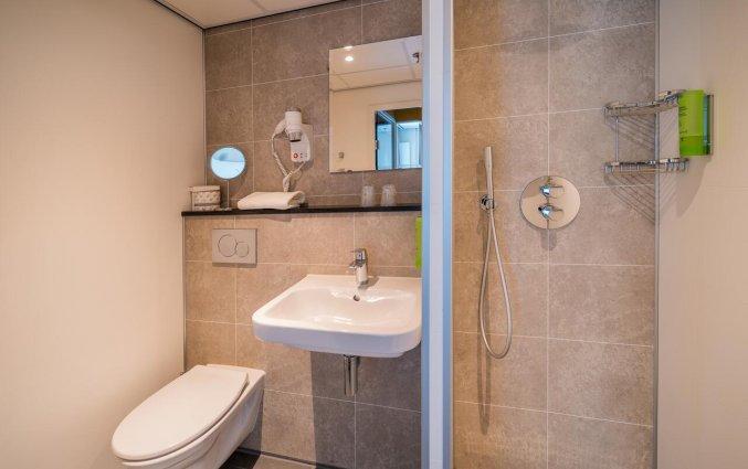 Badkamer in kamer van Golden Tulip Noordwijk Beach