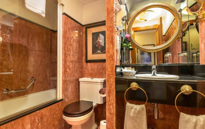 Badkamer in een tweepersoonskamer van Hotel Louise Bruxelles