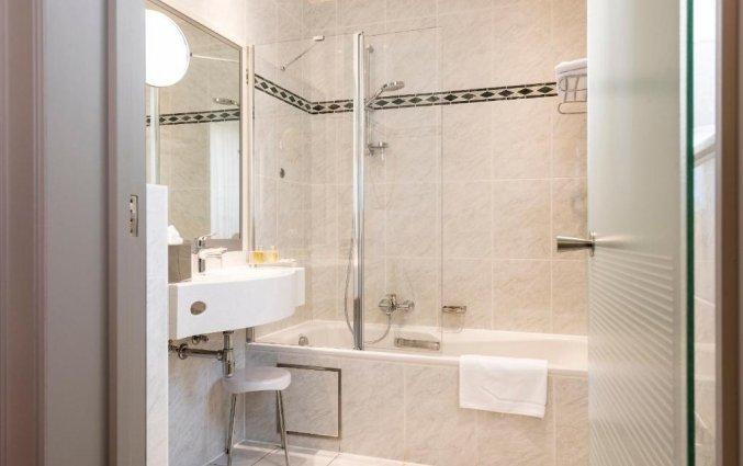 Badkamer in een kamer van Hotel Aragon in Brugge