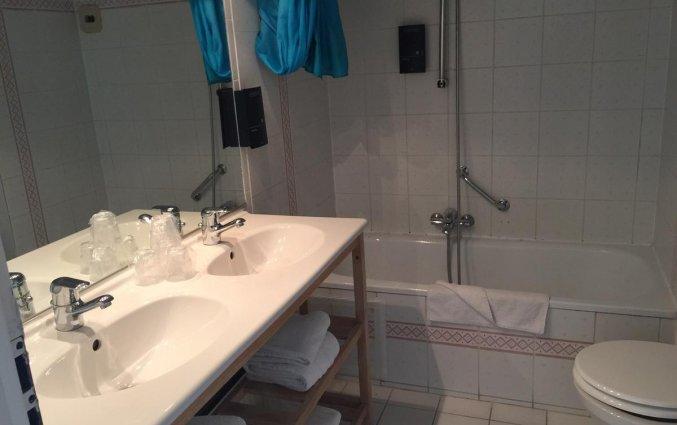 Badkamer in een kamer van Hotel Floris in Brugge