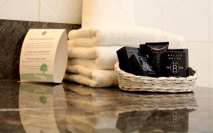 Badkamer van een tweepersoonskamer in Hotel Hyllit Antwerpen