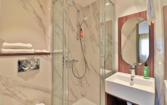 Badkamer van een tweepersoonskamer van Hotel du Pin Nice Port in Nice