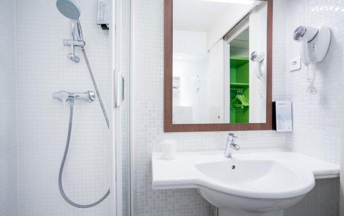Badkamer van een tweepersoonskamer van Hotel Campanile Hotel Nice Centre Acropolis in Nice
