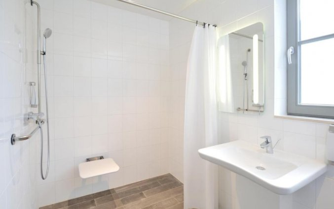 Badkamer van een tweepersoonskamer van Hotel ibis De Haan aan de Belgische Kust