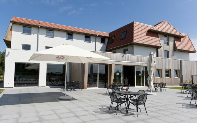 Gebouw en terras van Hotel ibis De Haan aan de Belgische Kust