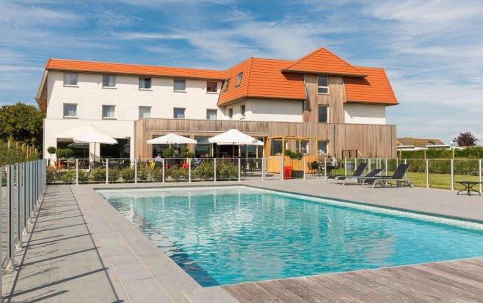 Gebouw en buitenzwembad van Hotel ibis De Haan aan de Belgische Kust