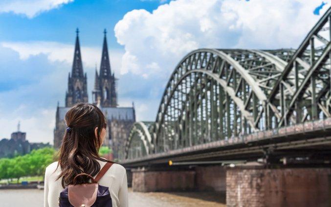 Keulen - Vrouw bij brug en de dom