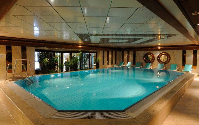 Binnenzwembad van Hotel Maritim Cologne in Keulen