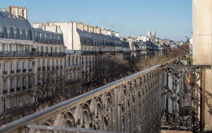 Balkon van een tweepersoonskamer van Hotel Magenta 38 by Happyculture in Parijs