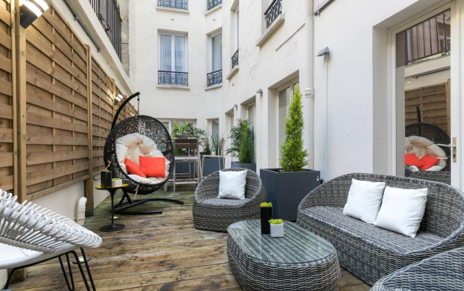 Terras van Hotel Magenta 38 by Happyculture in Parijs