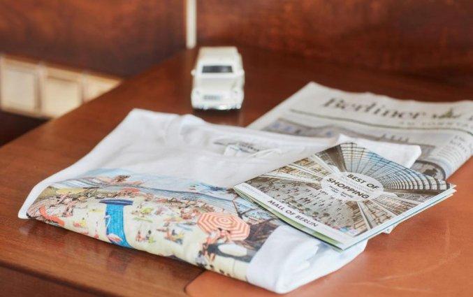 Krant in slaapkamer van hotel Living Hotel Berlin Mitte