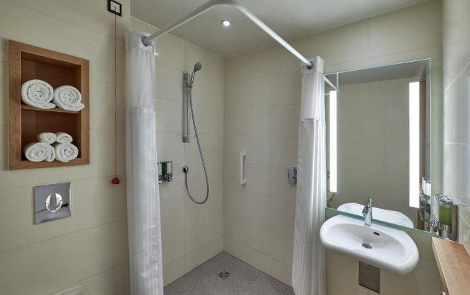 Badkamer van een tweepersoonskamer van Hotel Hampton Inn Berlin City Centre Alexanderplatz in Berlijn