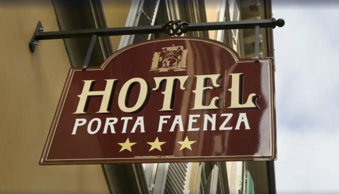 Voorkant van hotel Porta Faenza