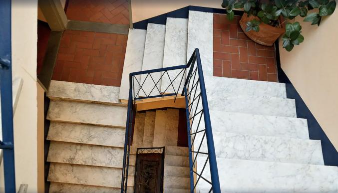 Trap in gangen van hotel Porta Faenza