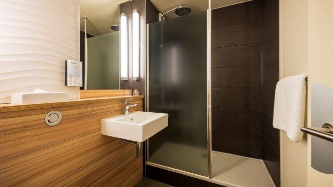 Badkamer van een tweepersoonskamer van Hotel Campanile Eindhoven