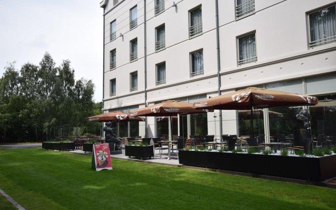Terras van Hotel Velotel in Brugse Ommeland