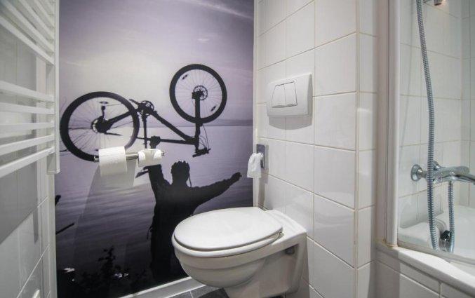 Badkamer van een tweepersoonskamer van Hotel Velotel in Brugse Ommeland