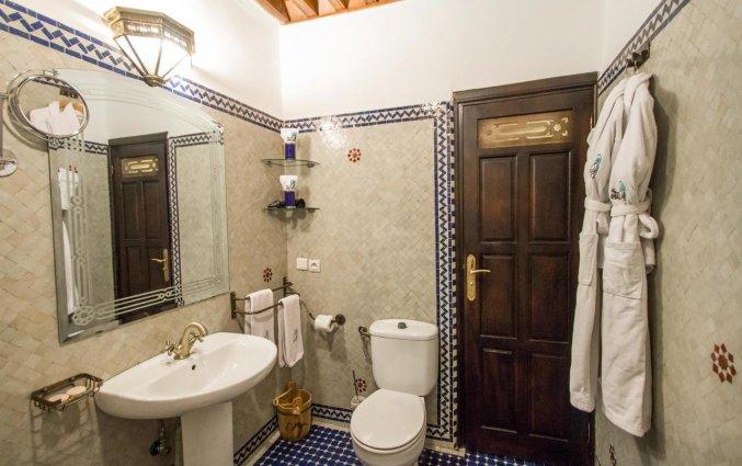 Badkamer van een tweepersoonskamer van Riad Myra in Fez