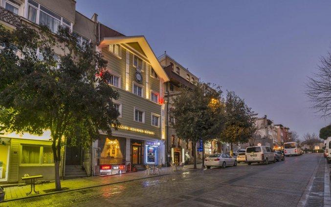 Voorkant van hotel Istanbul Holiday