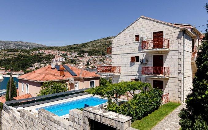 Zwembad en gebouw met omgeving van Aparthotel Villa Viljalo in Dubrovnik