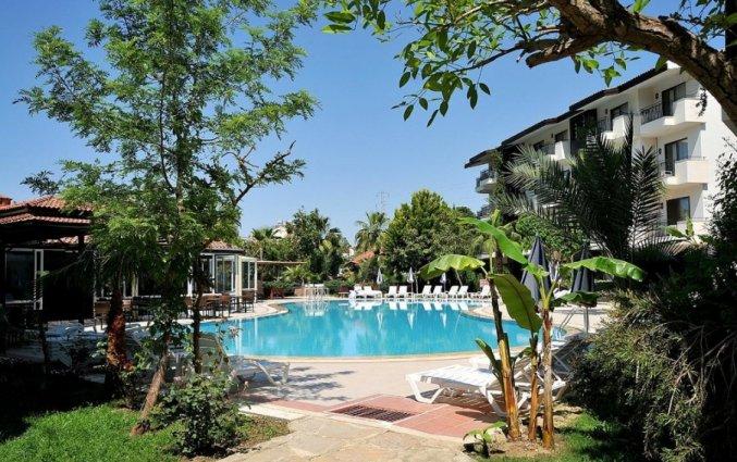 Tuin met buitenzwembad van Hotel Lemas Suite in Side