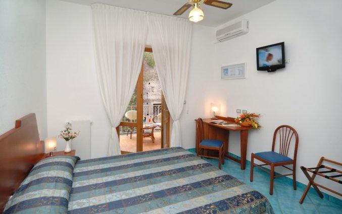 slaapkamer met balkon van hotel residance san pietro