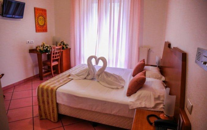 Slaapkamer met tweepersoonsbed van hotel residance san pietro