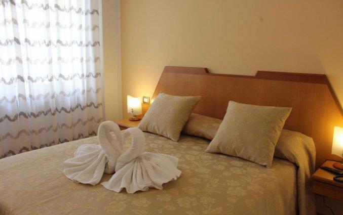 Slaapkamer met tweeppersoonsbed van hotel residance san pietro