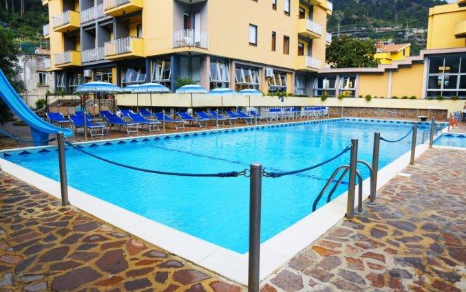 buitenzwembad van hotel residance san pietro