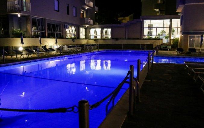 buitenzwembad in de avond van hotel residance san pietro