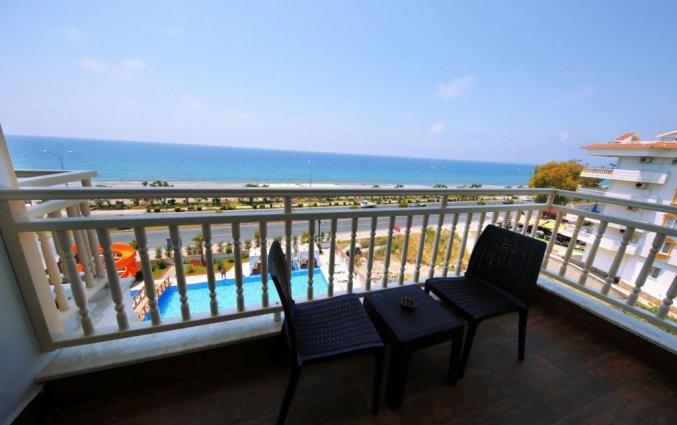 Balkon van een tweepersoonskamer van Hotel & Spa Sey Beach in Alanya