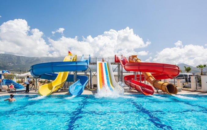 Buitenzwembad en waterglijbanen van Resort The Lumos Deluxe & Spa in Alanya
