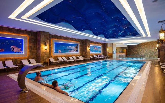 Binnenzwembad van Resort The Lumos Deluxe & Spa in Alanya