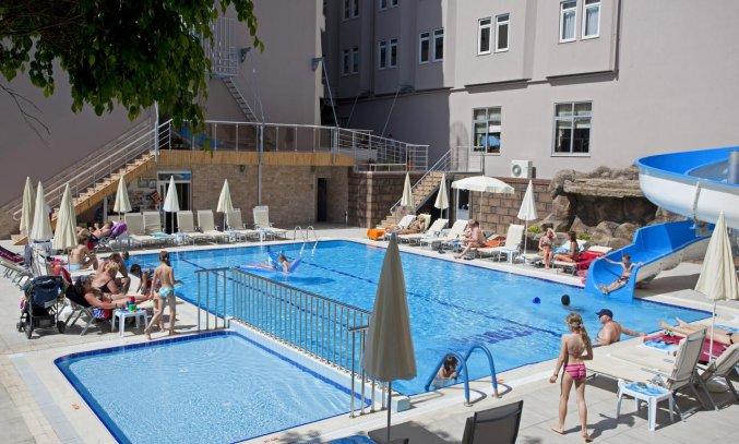 Zwembad en waterglijbaan van Hotel Monart City in Alanya