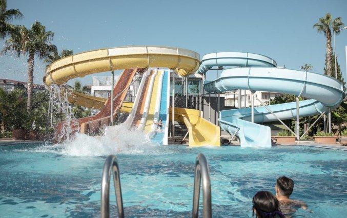 Buitenzwembad en waterglijbanen van Resort Green Garden in Alanya