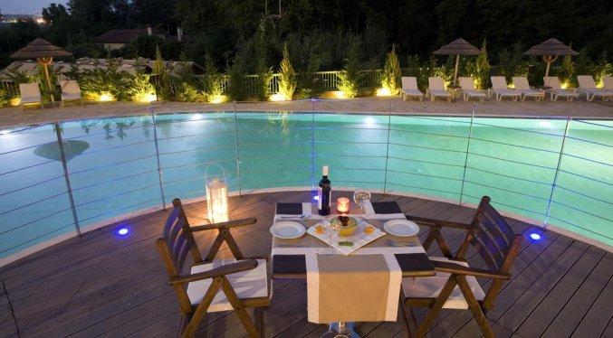 Terras met uitzicht op zwembad in hotel Ariti Corfu