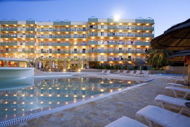 Zwembad en ligbedden bij Hotel Ariti Corfu