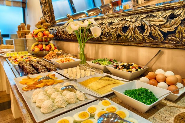 Buffet van het Leonardo Royal hotel in Warschau