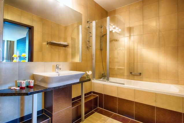 Badkamer van het Leonardo Royal hotel in Warschau