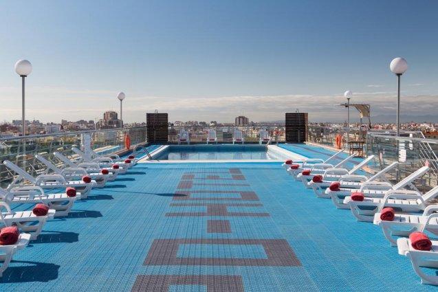 Buitenzwembad met zonneterras van Hotel Expo in Valencia