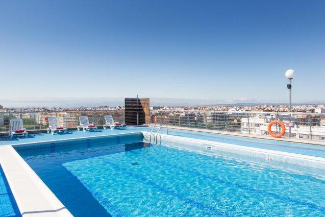 Buitenzwembad met uitzicht van Hotel Expo in Valencia