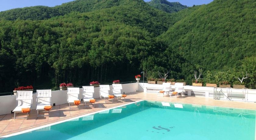 Buitenzwembad met zonneterras van Hotel Scapolatiello in Amalfi