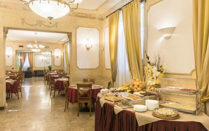 Ontbijtzaal met ontbijtbuffet van hotel Villa Rosa in Rome