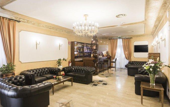 Lobby met bar van hotel Villa Rosa in Rome
