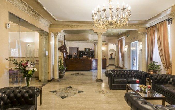 Lobby met receptie van hotel Villa Rosa in Rome