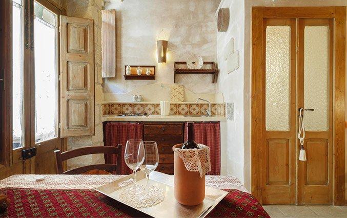Eetkamer met fles wijn en wijnglazen Hotel Borgoterra in Puglia
