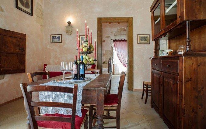 Eetkamer met stoelen en eettafel Hotel Borgoterra in Puglia